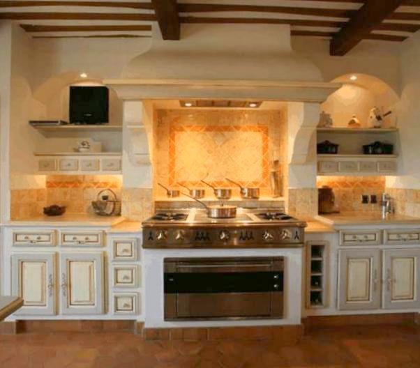 Cucina bianca casa montagna for Cucine di montagna