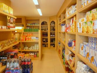 Scaffali in legno per negozi costruiamo su misura con for Scaffali legno arredamento